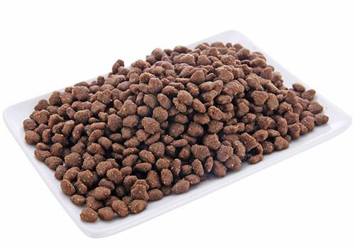 猫食基本上分为两大类,干猫粮和湿猫粮